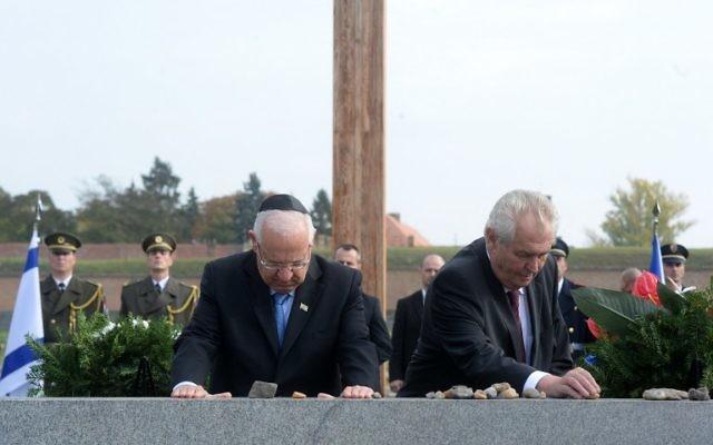 Archives : le président tchèque Milos Zeman, à droite, et son homologue israélien, Reuven Rivlin, ont déposé des pierres sur le monument lors d'une cérémonie de commémoration pour les victimes dans l'ancien camp de concentration nazi de Terezin, le 22 octobre 2015. (Crédit : AFP / Michal Cizek)