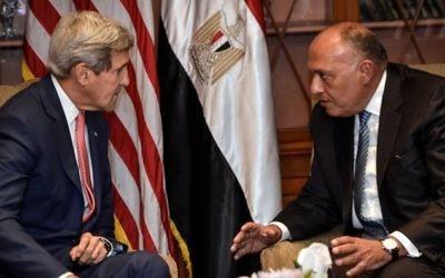 Le secrétaire d'Etat américain, John Kerry rencontre le ministre des Affaires étrangères égyptien, Sameh Choukri, le 13 septembre 2014, au Caire (Crédit : AFP/ MOHAMED EL-SHAHED)
