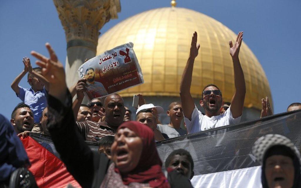 Manifestation palestinienne de soutien à  Mohammed Allaan, un Palestinien en détention administrative en Israël qui est tombé dans le coma après presque deux mois de grève de la faim, devant la dôme du Rocher du complexe Al-Aqsa, sur le mont du Temple, dans la Vieille Ville de Jérusalem, le 14 août 2015. (Crédit : AFP PHOTO/AHMAD GHARABLI)