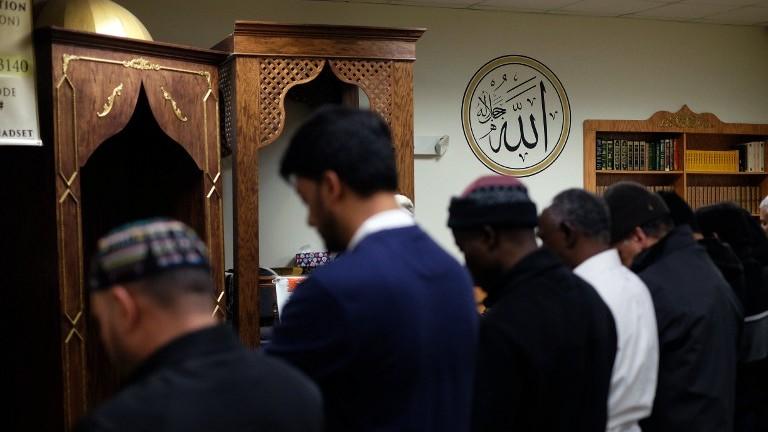 Musulmans américains priant dans une mosquée de Jersey City, New Jersey, le 7 décembre 2015. Illustration. (Crédit : Jewel Samad/AFP)