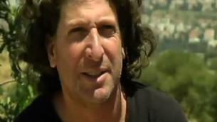 Eliaz Cohen, résident juif d'une implantation et membre du nouveau mouvement Deux états, un pays. (Crédit : capture d'écran Deuxième chaîne)
