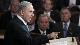 Le Premier ministre Benjamin Netanyahu donne un discours contre l'accord avec l'Iran alors imminent et soutenu par les Etats-Unis, au Capitole, à Washington DC, le 3 mars 2015. (Crédit photo : Win McNamee/Getty Images/AFP)