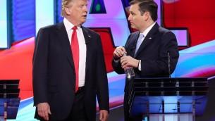 Les candidats aux présidentielles républicains Donald Trump (à gauche) et le sénateur Ted Cruz, discutent pendant une pause de diffusion lors du débat présidentiel républicain sur le campus de l'Université de Miami à Coral Gables, le 10 mars 2016. (Crédit photo : Joe Raedle / Getty Images / AFP)