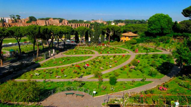 Une vue depuis les hauteurs du Jardin des Roses public de Rome, mai 2016. Les chemins du jardin ont la forme d'un menorah pour rappeler l'existence du cimetière juif sous terre, où des milliers de Juifs ont été enterrés pendant des centaines d'années (Crédit : Luciano Rossetti, autorisation : Autorité des Jardins de Rome)