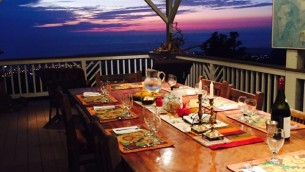 Les hôtes profitent de repas en plein air dans le 'lanai', le porche extérieur traditionnel à Hawaï. Avant de gérer une chambre d'hôtes, Shai Yerlick s'occupait d'une entreprise de restauration qui fonctionnait bien, dans les environs de San Francisco (Crédit : Facebook)