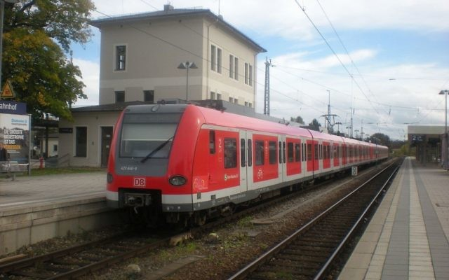 Train arrivant à la gare de Grafing, au sud ouest de Munich, en Allemagne. (Crédit : Von Flummi 2011, travail personnel, CC BY-SA 3.0, via WikiCommons)