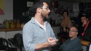 Yaron Edel, fondateur de l'association Resisim, pare de son service militaire à Jérusalem, le 13 novembre 2015. (Crédit : autorisation)