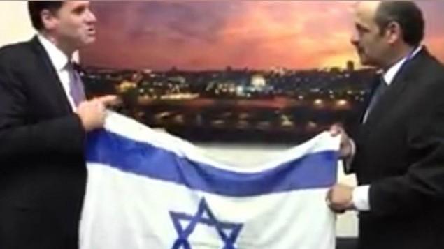 Hany Baransi montre fièrement cette photo qu'il garde dans son téléphone. Il a rencontré l'ambassadeur d'Israël aux Etats-Unis, Ron Dermer, à l'ambassade israélienne à Washington,DC, en mars 2016. (Crédit : autorisation)