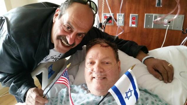 Hany Baransi (à gauche) rend visite à Bill Foley à l'hôpital. Foley a été sérieusement blessé dans une attaque à la machette qui s'est déroulée dans le restaurant de Baransi, à Columbus, Ohio le 11 février 2016 (Crédit : autorisation)