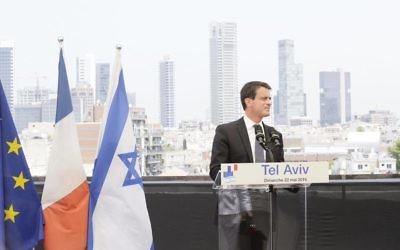 Manuel Valls lors de sa visite à Tel Aviv, le 22 mai 2016 (Crédit : Facebook page officielle Manuel Valls)