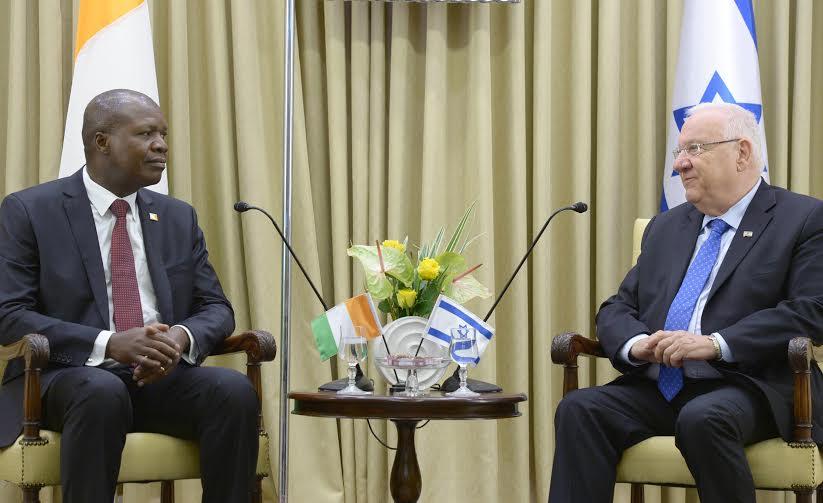 Le Dr. Abdallah Albert Toikeusse Mabri et Reuven Rivlin (Crédit : Mark Neiman (GPO))