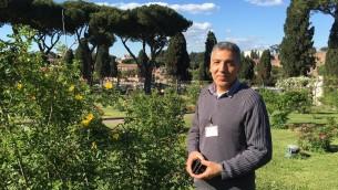 Salvatore Ianni, guide du Jardin des Roses public de Rome depuis 23 ans, mai 2016 (Crédit : Rossella Tercatin/Times of Israel)
