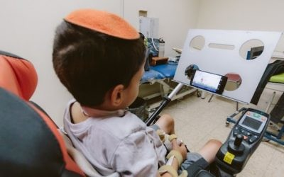 Un petit garçon paralysé utilise le téléphone Sesame Enable (Crédit : autorisation)