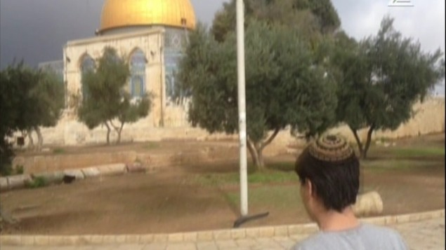 Shahar Glick, le fils de l'activiste du mont du Temple Yehuda Glick, visitant le site considéré comme étant sacré pour les Juifs et les Musulmans, le 3 novembre, 2014 (Crédit Capture d'écran Deuxième chaîne)