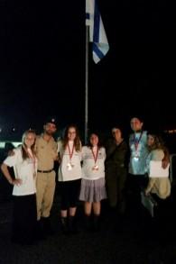 Participants de Birthright à une cérémonié de Yom HaZikaron (Crédit : Birthright Israel)