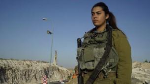Lihi Malka, qui a été récompensée d'une citation pour avoir affronté un attaquant palestinien, photographie non datée. (Crédit : unité des portes-paroles de l'armée israélienne)