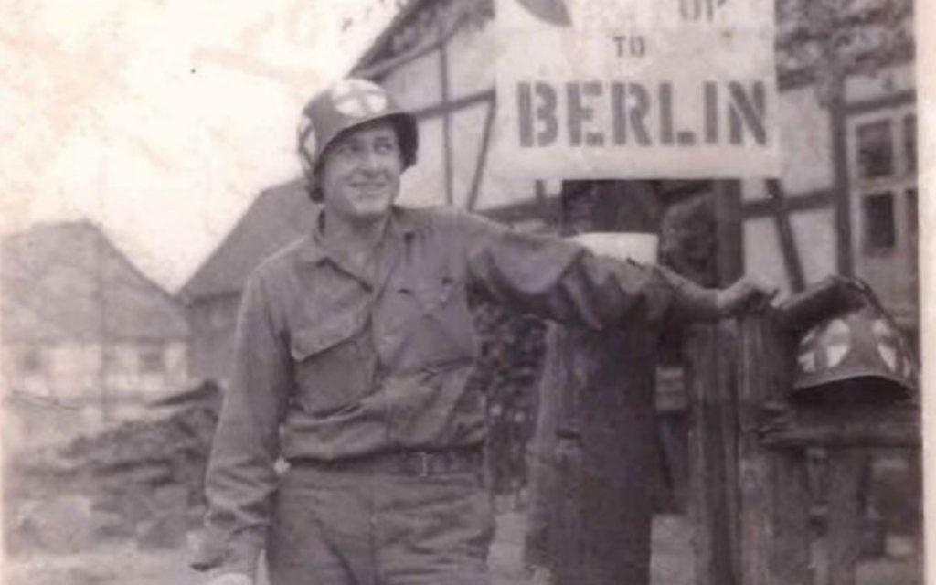 Jules Helfner au nord de Gottingen, en Allemagne, en avril 1945. (Crédit : Jules Helfner)