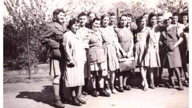 """""""Un groupe de filles juives libérées par la 104e à Wurzen, en Allemagne. Le groupe entier compte 1 000 personnes, la plupart sont Hongroises, Roumaines, Polonaises, Russes + Autrichiennes"""", avril 1945. (Crédit : Jules Helfner)"""