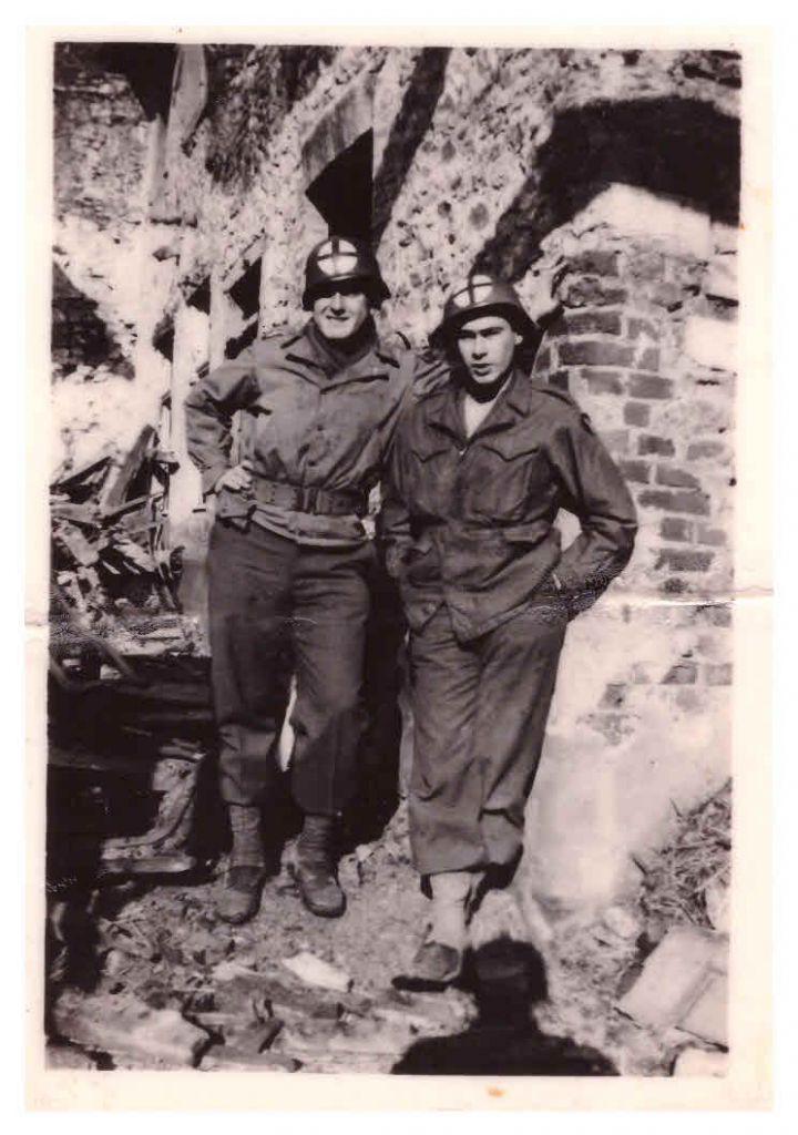 """""""Weisweiler, Allemagne. Mon pote Broncho Nagorski, Upper Black Eddy, Philadelphie. Ne pas publier."""" 1945, non datée. (Crédit : Jules Helfner)"""