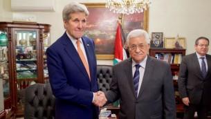 Le secrétaire d'Etat américain, John Kerry (à gauche) sers la main du Président de l'Autorité palestinienne, Mahmoud Abbas, à Amman, Jordanie, le 21 février 2016. (Crédit photo : Département d'Etat des Etats-Unis)