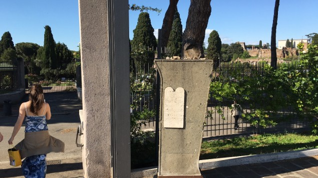 A l'entrée du jardin se trouve une plaque commémorative sur laquelle les Dix Commandements ont été gravés. Les visiteurs juifs du site laissent souvent de petites pierres au sommet de la plaque, comme ils le feraient sur une pierre tombale pour honorer les morts, mai 2016. (Crédit : Rossella Tercatin / Times of Israel)