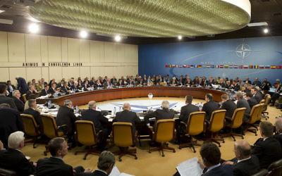 Le quartier général de l'OTAN à Bruxelles, le 18 avril 2012 (Crédit : CC BY Leon E. Panetta/Flickr)