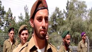 Amos Sinai, de la brigade Golani, récipiendaire d'une citation présidentielle d'excellence. (Crédit : capture d'écran Deuxième chaîne)