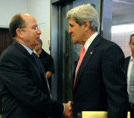 John Kerry, à droite, rencontre Moshe Yaalon à Jérusalem en mai 2013 (Crédit : US State Department)