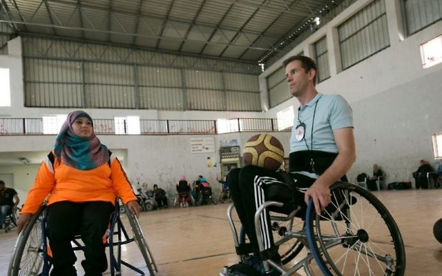 Des joueuses de l'équipe de basketball paralympique de Gaza entraînées par le coach Jess Markt, le 29 mai 2016. (Crédits : Said Khatib / AFP)
