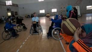 Le champion de basketball paralympique Jess Markt avec des joueuses gazaouies à Khan Younès, le 28 mai 2016. (Crédits : Said Khatib)