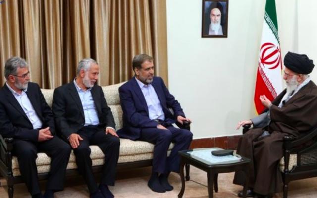 Le Guide suprême iranien, l'ayatollah Ali Khamenei rencontre une délégation du Jihad islamique palestinien à Téhéran, le 1er mai 2016. (Crédit : Twitter/Ali Khamenei)