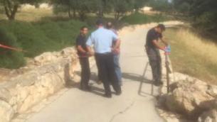 La police sur les lieux de l'attaque au couteau à Armon Hanatziv, le 10 mai 2016 (Crédit : MDA)
