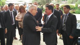 Reuven Rivlin (g) et Manuel Valls, à Jérusalem, le 23 mai 2016 (Crédit : Raoul Wootliff/Times of Israel)