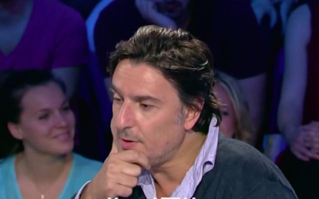 Yvan Attal, en avril 2014 sur le plateau de 'On n'est pas couché' (Crédit : Capture d'écran YouTube)