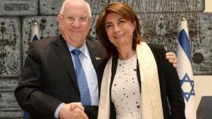 Le président Reuven Rivlin (à gauche) et Martine Vassal, présidente des Bouches du Rhône, à la résidence présidentielle de Jérusalem, le 3 mai 2016. (Crédit : Mark Neiman / GPO)