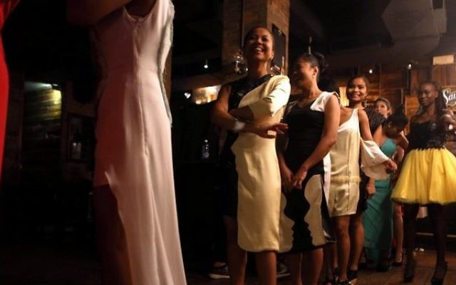 Des employés de maison au Liban se préparent à un défilé de mode dans un restaurant tendance de Beyrouth, au Liban, le 15 mai 2016. (Crédit : AFP PHOTO / PATRICK BAZ)
