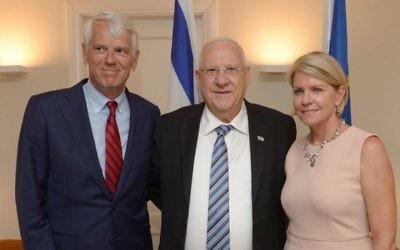 Le président Reuven Rivlin (au centre) avec l'ambassadeur de l'Union européenne en Israël, Lars Faaborg-Andersen (à gauche) et son épouse, pour les célébrations de la Journée de l'Europe à la résidence de l'ambassadeur, à Herzliya, le 9 mai 2016. (Crédit : Mark Neiman/GPO)