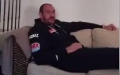 """Tyson Fury, boxeur britannique, a appelé ses spectateurs à se méfier du lavage de cerveaux du """"peuple juif, sioniste"""", dans une vidéo publiée en mai 2016. (Crédit : capture d'écran YouTube/Renegade Broadcasting)"""