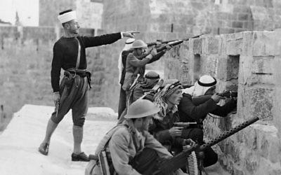 Des combattants arabes sur les murs de la Tour de David (Crédits : Chalil Rissas / Central Zionist Archives)