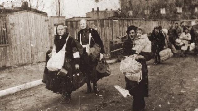 Photo d'illustration de résidents du Ghetto de Lodz qui marchent vers le train qui les emmènera au camp d'extermination de Chelmno, en Pologne (crédit : inconnu)