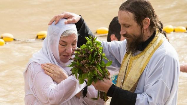 Un baptême au lieu saint de Qasr al-Yehud dans le Jourdain, où Jésus aurait été baptisé. (Crédit : HALO Trust)
