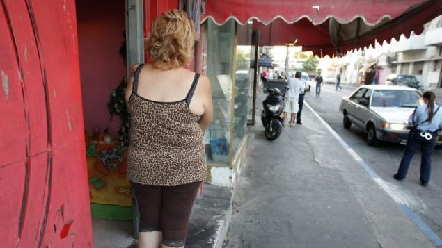 Une prostituée devant une maison close de Tel Aviv regardant une policière, le 21 septembre 2008 ; illustration. (Crédit : Kobi Gideon/Flash90)