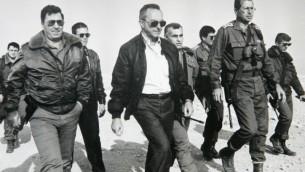 De gauche à droite, l'ancien chef d'état-major de Tsahal, Dan Shomron, l'ancien ministre de la Défense, Moshe Arens, le chef d'état-major Yitzhak Mordechai et l'actuel ministre de la Défense Moshe Yaalon, durant un exercice dans le désert de Judée, en décembre 1991 (Crédit : Yossi Zamir/Flash90)