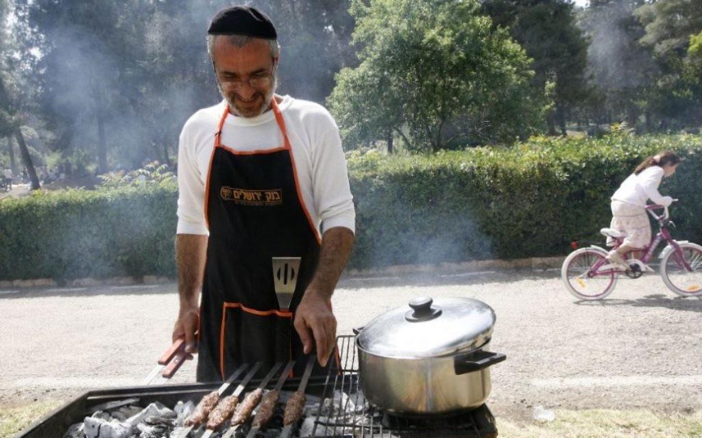 Pour les Israéliens, les barbecues sont devenus plus élaborés avec les années, montrant une plus grande richesse et des tendances sociétales, selon Nir Avieli, chercheur à l'université Ben Gurion. (Miriam Alster/Flash 90)