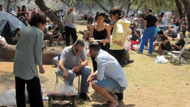 Barbecues au parc Sacher de Jérusalem, pour Yom HaAtsmaout 2009. (Crédit : Deborah Sinai/Flash 90)
