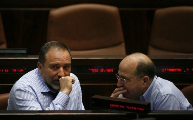 Avigdor Liberman (à gauche) et Moshe Yaalon à la Knesset, en juin 2009. (Crédit : Miriam Alster/Flash90)