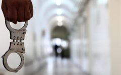 Illustration. Des menottes dans un tribunal. (Crédit : Abir Sultan/Flash90)