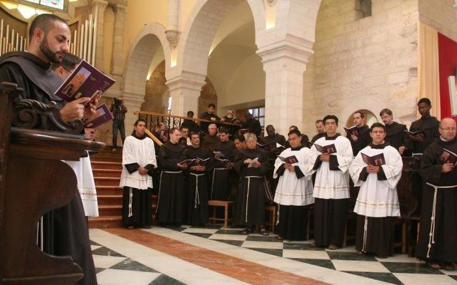 Pierbattista Pizzaballa à l'église de Sainte-Catherine à Bethléem, en novembre 2010. (Crédit : Najeh Haslamoun / Flash90)