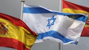 Les drapeaux espagnol et israélien à la cérémonie d'accueil de Shimon Peres, alors président, à Madrid, en Espagne, le 21 février 2011 (Crédit : Amos Ben Gershom/GPO/FLASH90)