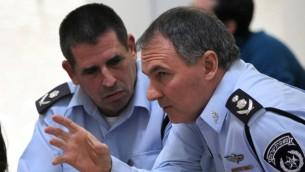 Yoav Segalovitz (à gauche) avec le chef de la police d'alors, Yohanan Danino,à la Haute cour de justice. (Crédit : Yossi Zamir/Flash90)